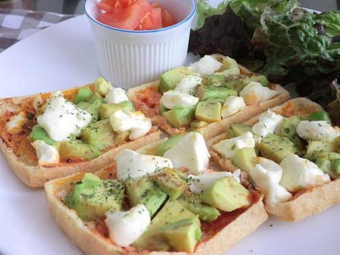 Avocade and Cream Cheese Pizza Using Aburaage