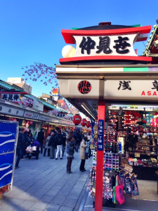 Leading from Kaminari Mon to the main temple building is Nakamise-Dori, a shopping street 200 meters long, dating back to several centuries.
