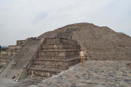 Alejandro in front of the pyramid of the moon. 2014