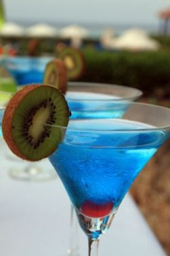 10 delicious blue curacao cocktails for Cocktail curacao