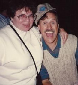 An enthusiastic fan surprises Tom Chapin at the 1992 WVF.