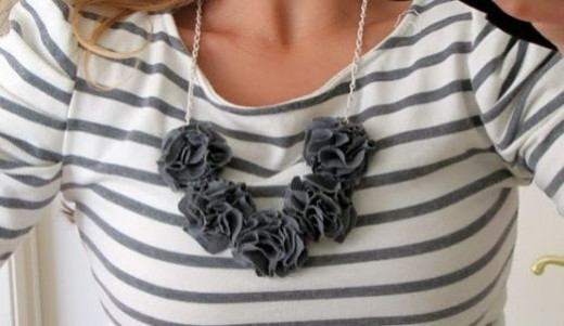 flower-necklace-gray