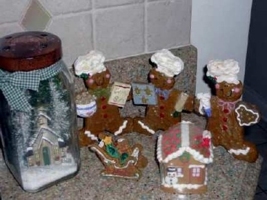Gingerbread is a wonderful holiday goodie, be it in the form of a cookie or a house ! Gingerbread men also make wonderful decorations...