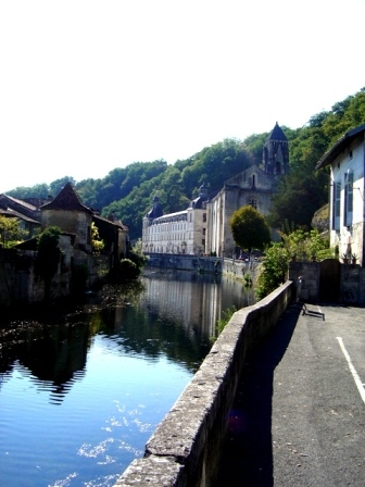 We are half way between Brantome and Mortemart