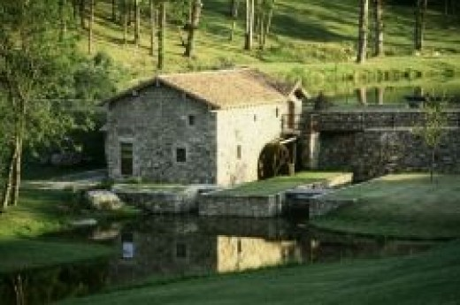There are several picturesque buildings around the Domaine des Etangs lake for smaller functions and for B&B for you and your guests