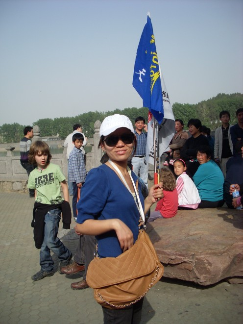 Our guide for the weekend with her blue saintly Sinners flag that we could follow in a crowd.  She told us to have a dream on the bus trip to Luoyang the first night.