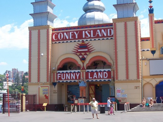 Authentic 1930s fun house takes everyone back to their childhood. Experience the thrill of riding the Slides, stumbling through Barrels of Fun, tackling Ye Olde Turkey Trot or lasting the distance on the Joy Wheel.