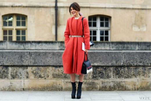 this street style is quite trendy and the light red jacket adds elegant flare to her appeal, which is topped off with a black handbag.