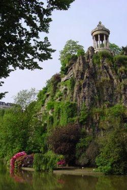 Peak of Parc des Buttes de Chaumont (leboudoirdumarais.com)