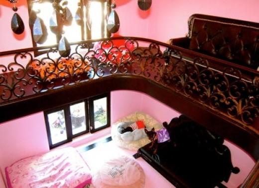 paris-hilton-dog-house-interior
