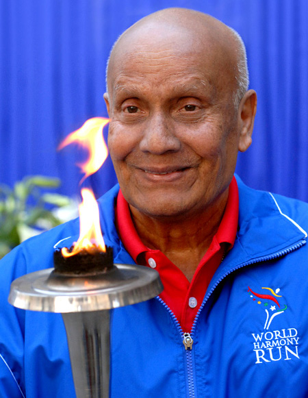 Sry Chinmoy hold the Olympic flame