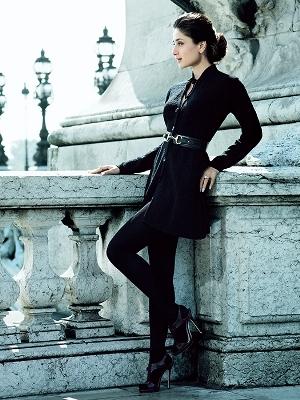 Hot Kareena Kapoor posing in black dress.