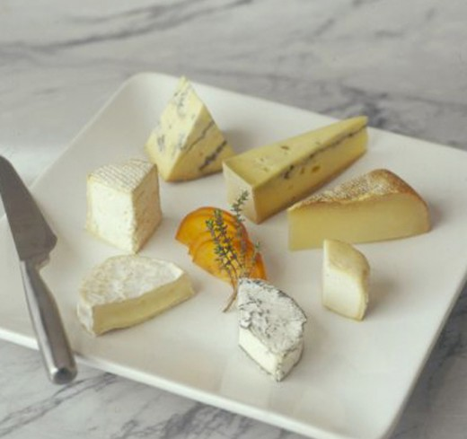 Now, THAT's French. Not the best photo I found, but the one that shows better how to correctly serve cheese, in the order it has to be eaten, clockwise. You start with the milder ones and end up with, well, Roquefort, for example.