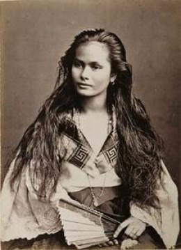 A mestiza de sangley (Chinese-Filipina) in a photograph by Francisco Van Camp, c. 1875.