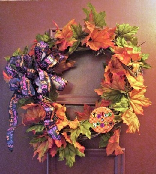Halloween crafts wreath with bow