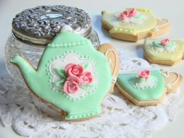 An example of beautifully decorated teapot and teacup cookies