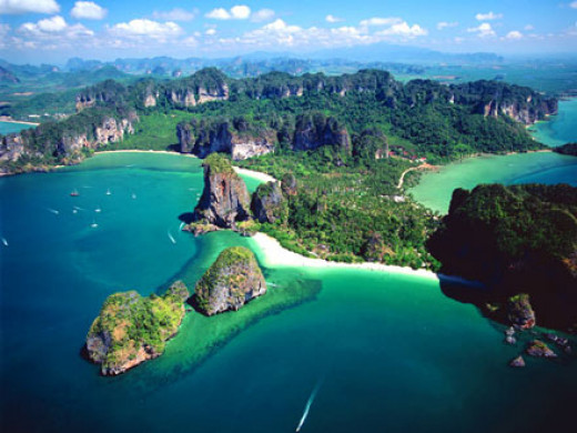 Stunning view of Krabi's magnificent beaches, cliffs, and jungle.