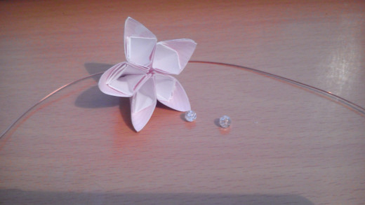 When you have finished gluing you will end up with a flower shape like this. Put it to one side while you create the stamen. You will need approx 24cm of wire and two or three small beads.