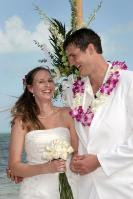 Whether in Hawaii or any beach with palm trees, you can carry out a Hawaiian Beach Wedding Theme