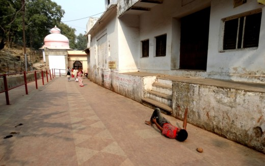 A devotee doing the Dandi-Parikrama (Circumambulation in the lying posture)