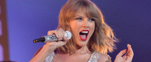 "Taylor Swift performing ""Shake It Off"" at VMA 2014"