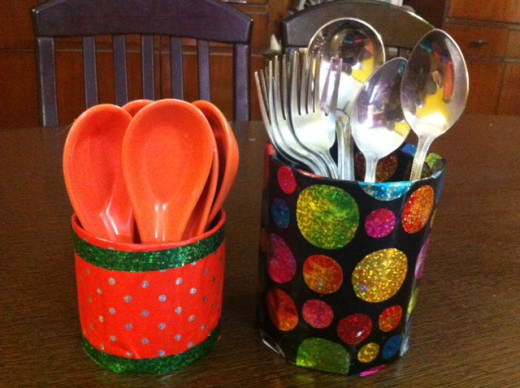 Multipurpose holders: You can keep spoons on dining table