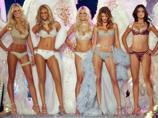 From left to right: Karolina Kurkova, Tyra Banks, Heidi Klum, Gisele Bundchen, and Adriana Lima, in the 2003 VS Fashion Show.