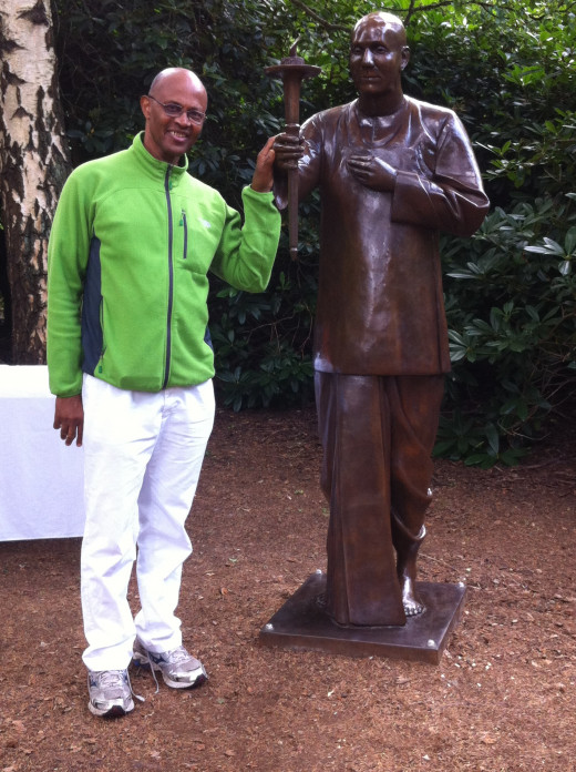 With Stature of Sri Chinmoy