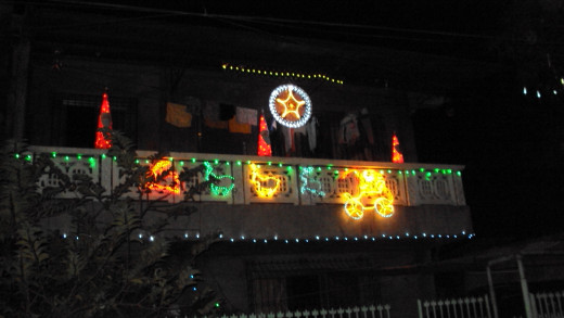 This house in Calumpit is adorned with a bright parol. They hung not only socks for Santa but also some shorts and stuff. Just imagine if Doby were one of Santa's elves!