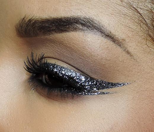 Glittery cat-eyeliner