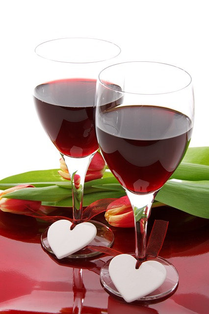 The language of love is simple. Red wine warms the heart and it is also good for the heart.