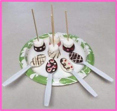 Decorated chocolate spoons and marshmallows