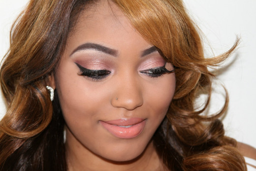 Peach and pink tones on lips and eyes