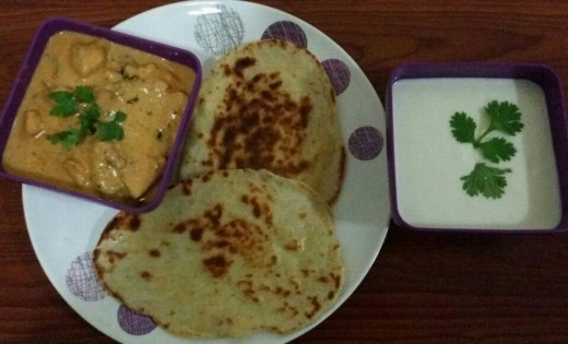 Garlic Dip with Naan and Chicken