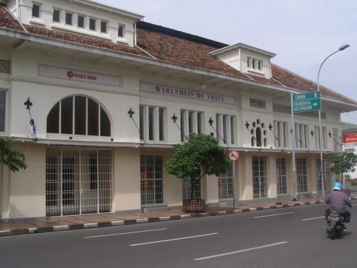Warenhuis de Vries building across Gedung Merdeka