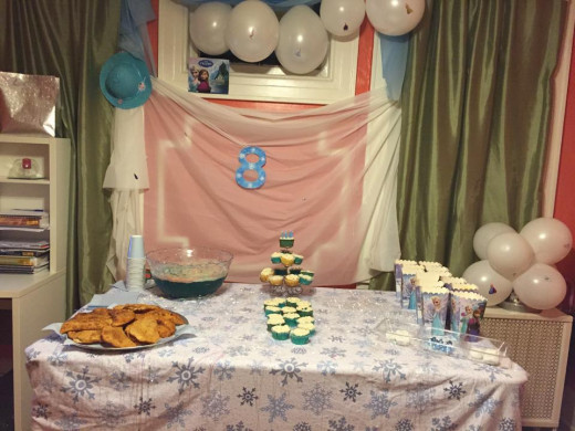 The final look of the table Frozen Movie decorations and snacks.