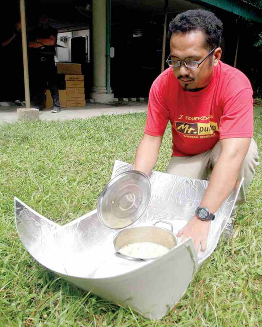 TOMAS LEONOR, Air Juan volunteer and solar cooker innovator (Photo Source: Mark Balmore @http://www.mb.com.ph/made-in-the-philippines/)