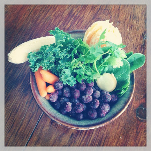 Chia seeds, spinach, almond milk, blueberries, ginger, banana, orange, vanilla powder