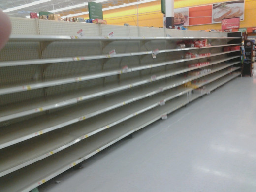 Photo of the empty shelves of the supermarket the night of the announcement of a snowstorm