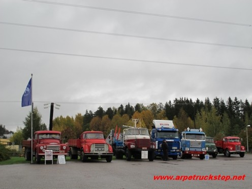 A line of trucks means that the truck stop is okay