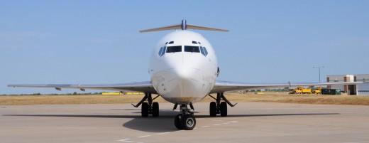 Boeing 727 trijet flying for Fedex express cargo at Kansas city international  airport