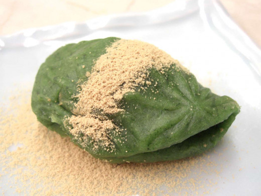 A Kusa Mochi topped with soybean flour