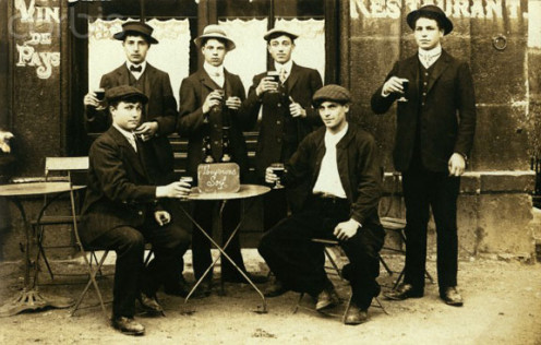 1910 public beer drinking in France.