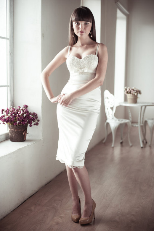 Simple and elegant fitting knee-length wedding dress
