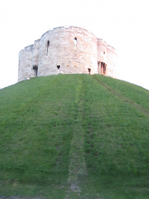 Replacing an earlier wooden keep, Clifford's Tower overlooks the river to the west, lies close to the present York Castle Museum and Coppergate