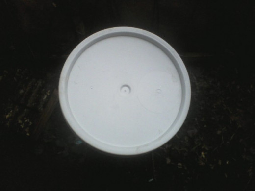 I admit that worm tea is not attractive. When I get white icing buckets from the bakery, I ask for the lid too.