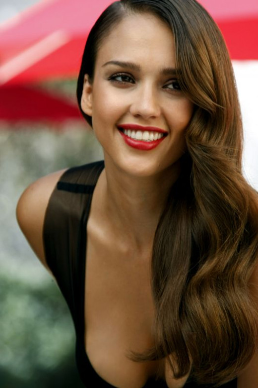 Jessica Alba does the wave