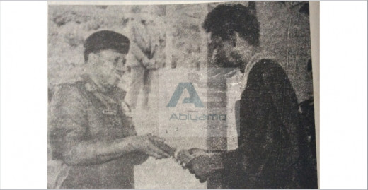Wole Soyinka receiving the CFR honour  from General Babangida in 1986