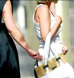 See how easy the pro-pickpocket robs the woman's purse.
