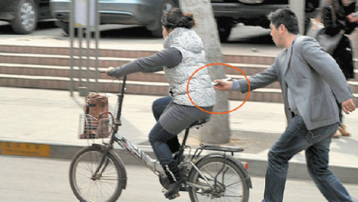 Pickpocket robs man on his bicycle.